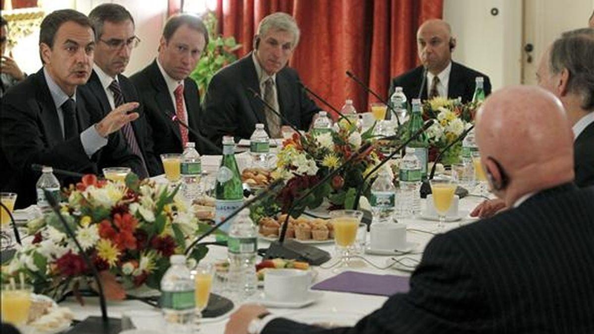 El presidente del Gobierno español, José Luis Rodríguez Zapatero (i), interviene durante una reunión con un grupo de inversores estadounidenses para presentar la situación de la economía española, en la residencia del Embajador representante permanente en Naciones Unidas. EFE
