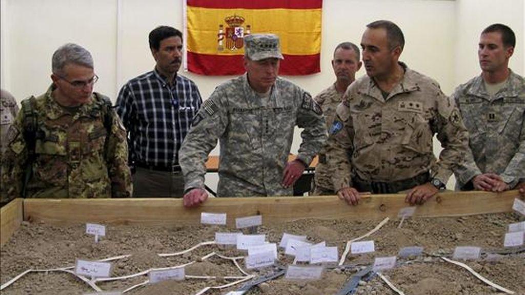 El comandante jefe de la Fuerza Internacional de Asistencia a la Seguridad en Afganistán (ISAF), David Petraeus (c), escuchando las explicaciones del teniente coronel Castellanos (2d) durante una visita este lunes a la Base de Apoyo Principal española en Qala-i-Naw. EFE