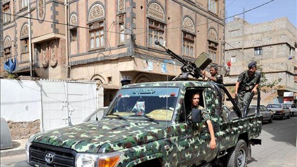 Militares yemeníes patrullan las calles de Saná (Yemen). EFE/Archivo
