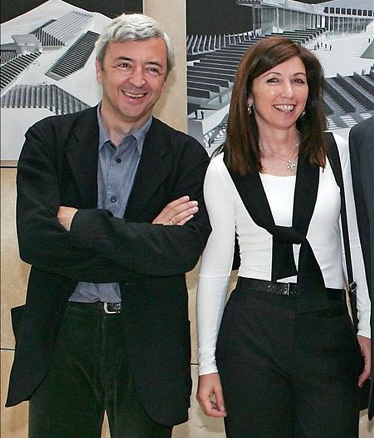 Foto de archivo del 26 de mayo de 2006 de los arquitectos Fuensanta Nieto de la Cierva (d) y Enrique Sobejano (i) quienes contruirán el Centro Nacional de la Artes Audiovisuales. EFE/Archivo
