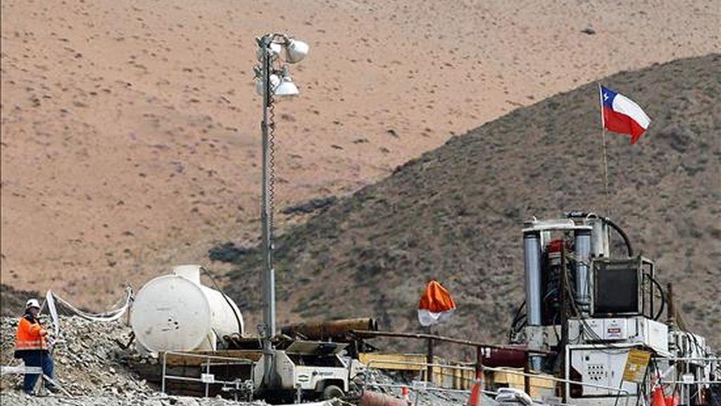 """Vista de la máquina """"Raise Bore Strata"""" que trabaja en el rescate de los 33 mineros atrapados en la mina San José, cerca de la ciudad de Copiapó, a unos 830 kilómetros de Santiago (Chile). EFE"""