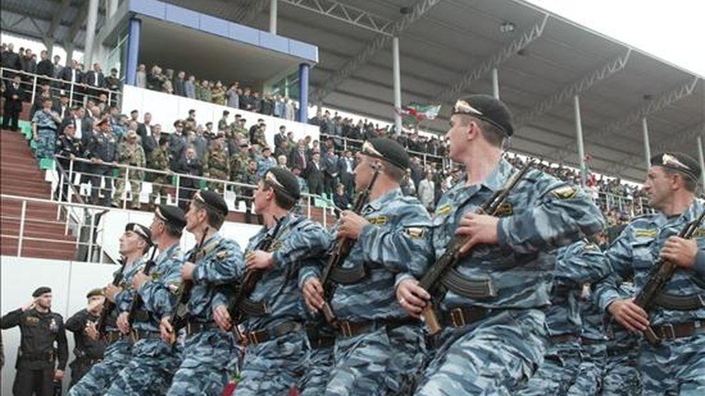 Tropas chechenas desfilan durante los actos conmemorativos del Día de la Victoria en Grozny, en Chechenia, en mayo de 2007. EFE/Archivo