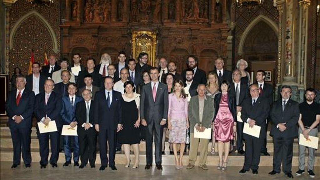 Los Príncipes de Asturias, en la foto de familia tras el acto de entrega de los Premios Nacionales de Cultura 2008 celebrado hoy en la Iglesia de San Pedro, en Teruel. EFE