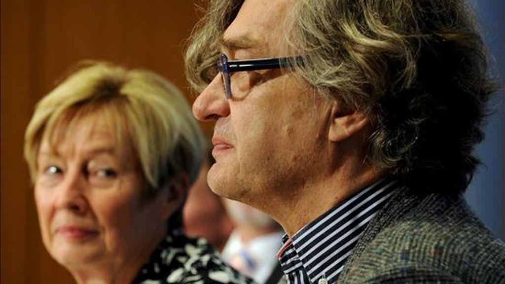 Christine Bergmann (i), la encargada del gobierno federal alemán para la investigación de los abusos sexuales, y el director Wim Wenders (d) presentan una campaña contra los malos tratos a niños en Berlín, Alemania, el martes 21 de septiembre de 2010. Wenders grabó dos espacios publicitarios para la campaña. EFE