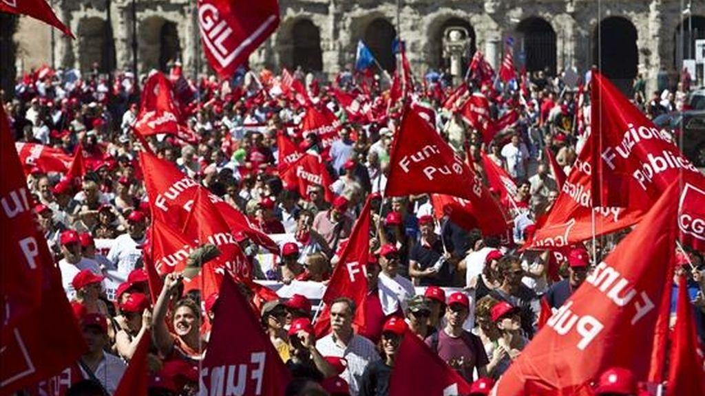 Cientos de personas participan en una concentración durante la jornada de huelga general convocada por el sindicato mayoritario CGIL en el centro de Roma, Italia, el pasado 25 de junio. EFE/Archivo