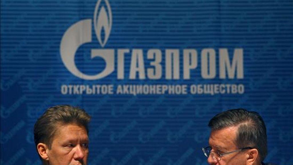 El presidente de Gazprom, Alexéi Miller (i), y el presidente del directorio, Víctor Zubkov, conversan hoy durante la asamblea general de accionistas, en Moscú (Rusia). EFE