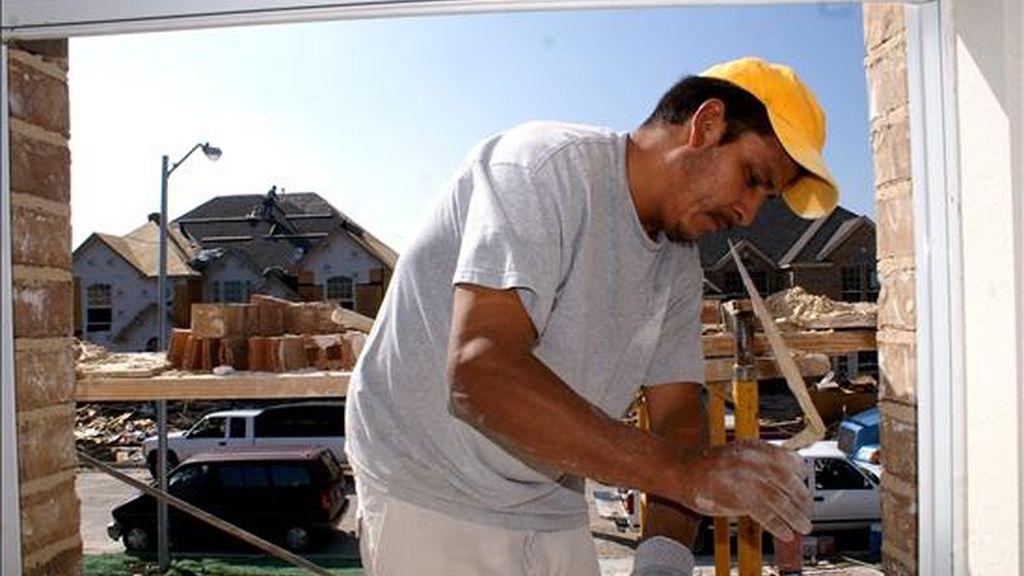 Un albañil extranjero trabaja en una obra. EFE/Archivo