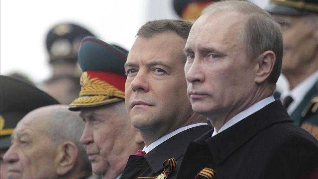 El presidente ruso, Dmitri Medvédev (2º dcha), y el primer ministro ruso, Vladimir Putin (dcha), observan el desfile para celebrar el Día de la Victoria en la Plaza Roja de Moscú (Rusia) hoy, lunes 9 de mayo de 2011. Rusia celebra hoy la victoria de la Unión Soviética sobre la Alemania nazi en la II Guerra Mundial. EFE