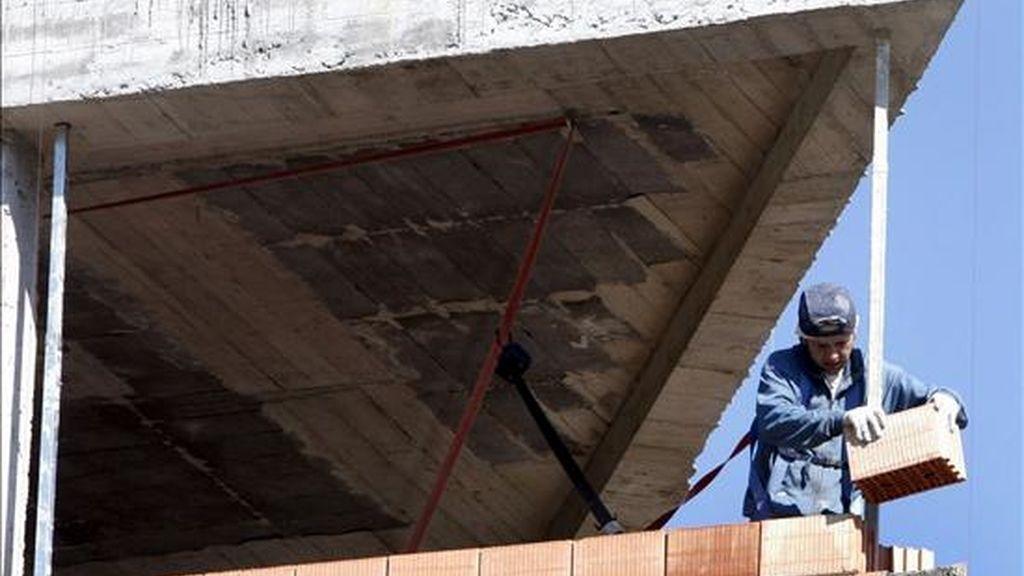 Un obrero trabaja en una vivienda de Bilbao. EFE/Archivo