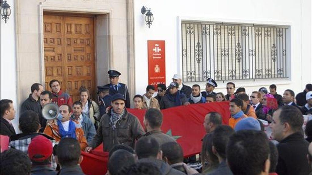 """Manifestación ante la sede del Instituto Cervantes en Rabat para reivindicar la """"marroquinidad"""" de Ceuta y Melilla, así como del Sahara Occidental el 4 de diciembre pasado. EFE/Archivo"""