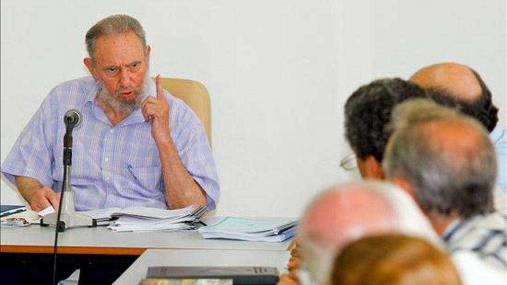 Foto cedida por Cubadebate este 13 de julio, en la que se observa al ex presidente cubano Fidel Castro (i) durante una visita realizada al Centro de Investigaciones de la Economía Mundial en La Habana (Cuba). EFE