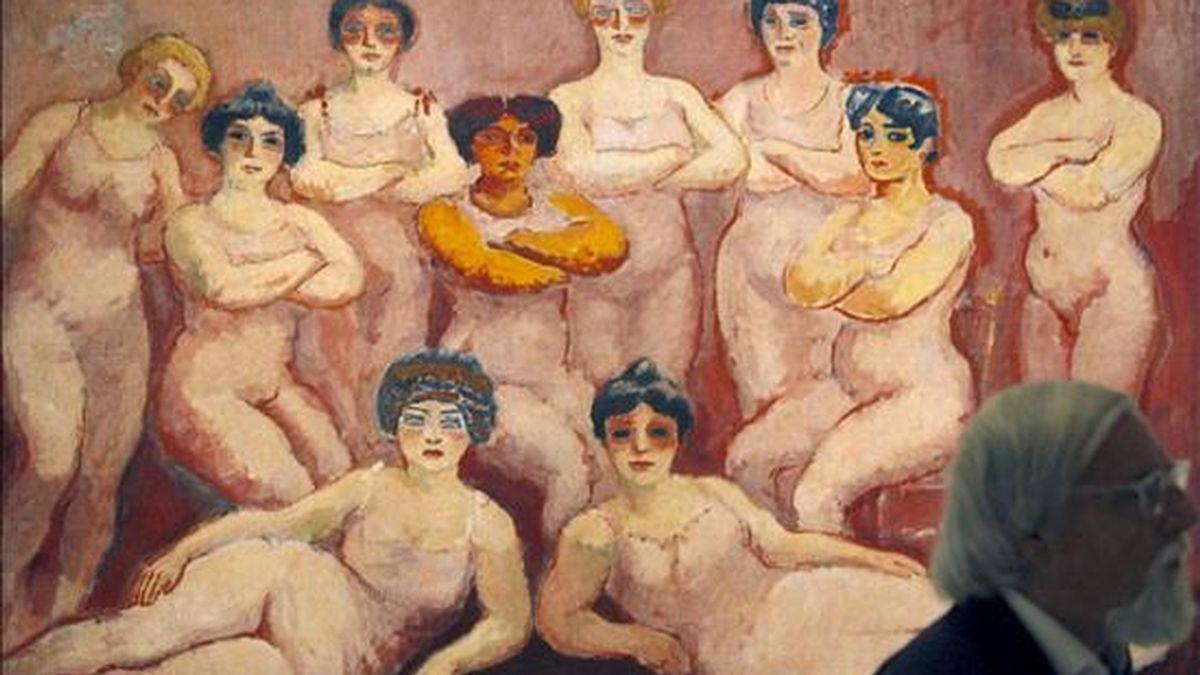 """Un visitante pasa junto a la obra """"Las luchadoras"""", del holandés kees Van Dongen, que forma parte de la muestra que se exhibe en el Museo Picasso de Barcelona en la primera retrospectiva en España dedicada a uno de los grandes formuladores del fauvismo, que mantuvo conexión con Picasso durante su estancia común en el Bateau-Lavoir de París. EFE"""