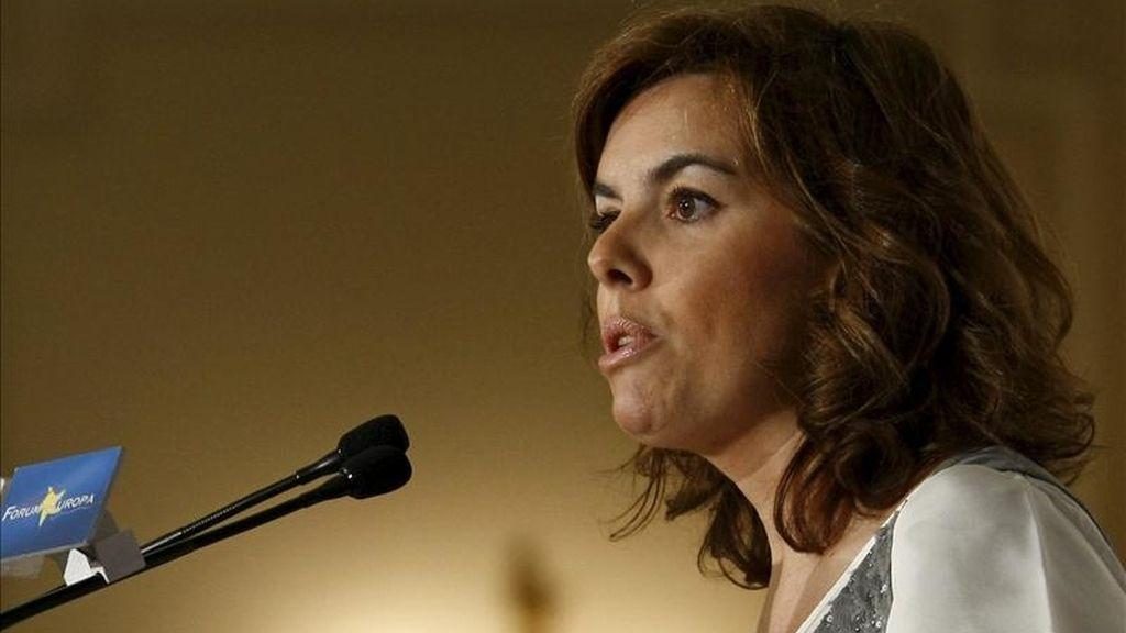La portavoz del Grupo Popular en el Congreso, Soraya Sáenz de Santamaría, durante la presentación que hizo hoy de la conferencia que pronunció el presidente del PP vasco, Antonio Basagoiti, en el foro Nueva Economía. EFE