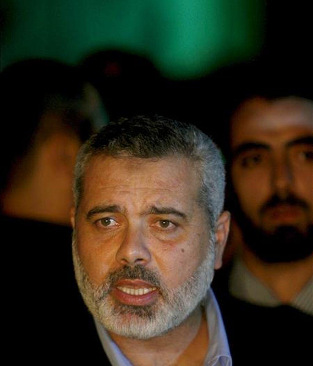 El ex primer ministro palestino y máximo dirigente de Hamás Ismael Haniye habla con la prensa en el exterior de las oficinas de la Cruz Roja durante su visita a los manifestantes que protestan en Gaza. EFE/Archivo