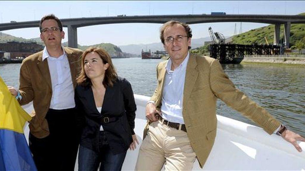 La portavoz del PP en el Congreso, Soraya Sáenz de Santamaría, el presidente popular en el País Vasco, Antonio Basagoiti (i), y el de los populares alaveses, Alfonso Alonso, que participaron hoy en un acto electoral en Bilbao, navegan por el Nervión. EFE