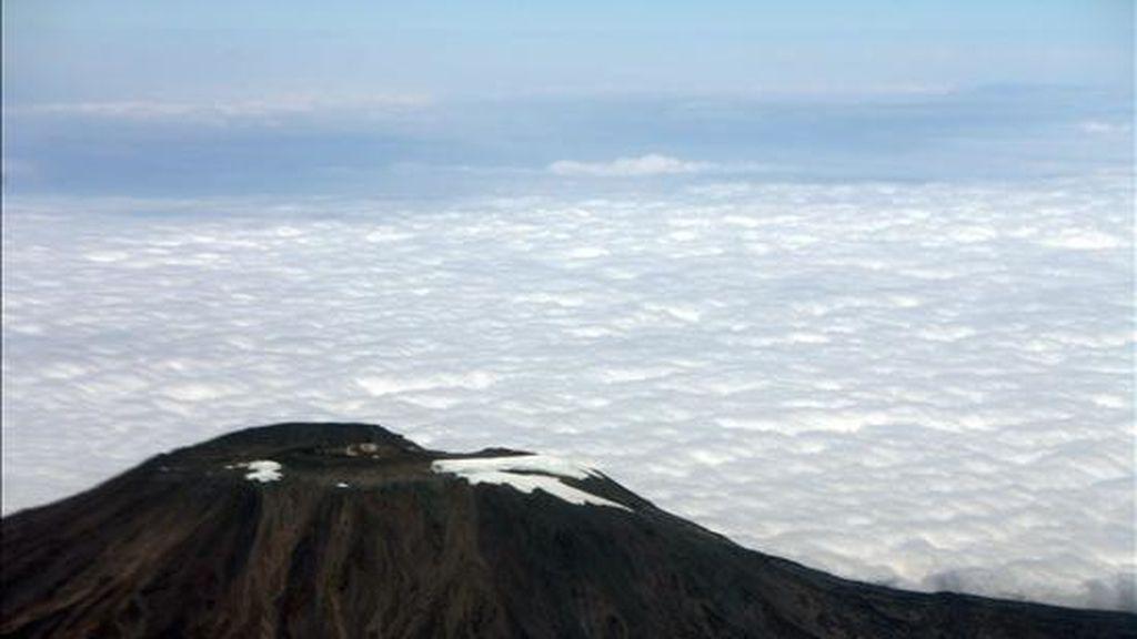 Foto, tomada desde un avión y muestra el volcán Kilimanjaro y la claramente evidente ausencia de glaciares. El Kilimanjaro es la cima más alta de Africa con 5.895 metros. EFE/Archivo
