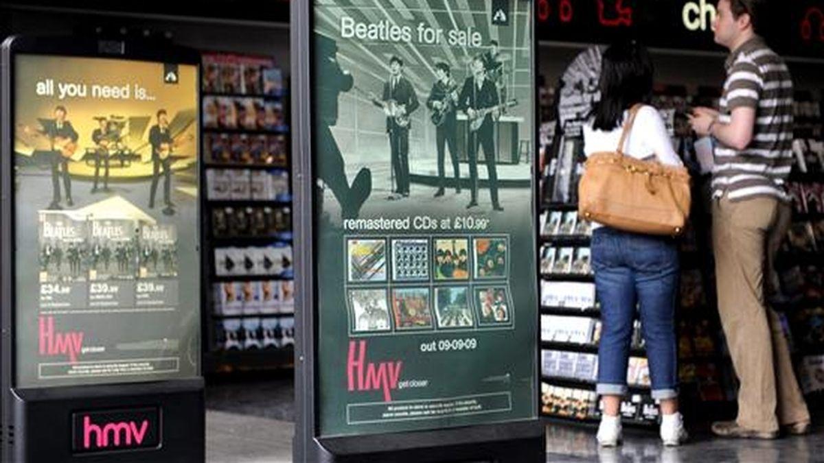 """Apple colocó un simple mensaje en su página web de iTunes en el que señaló """"Los Beatles. Ahora en iTunes"""". En la imagen un registro de los carteles que anunciaban en Londres el lanzamiento de la discografía remasterizada digitalmente del grrupo británico The Beatles, en septiembre de 2009. EFE/Archivo"""