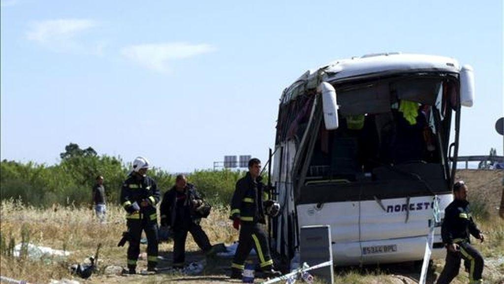 """Estado en el que ha quedado el autobús tras el accidente en el que han fallecido tres personas y once han resultado heridas. El accidente ha consistido en el vuelco de autobús en la rotonda """"Del Tomate"""", en el kilómetro 58,100 de la carretera EX-206, cerca de la Autovía de Extremadura (A-5). EFE"""