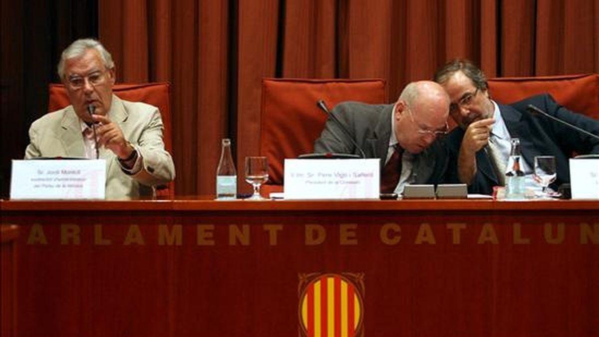 El ex director financiero del Palau de la Música Jordi Montull(i), durante su comparecencia ante la comisión de investigación del Parlament de Cataluña, presidida por Pere Vigo(c) y el letrado Pere Sol(d). EFE