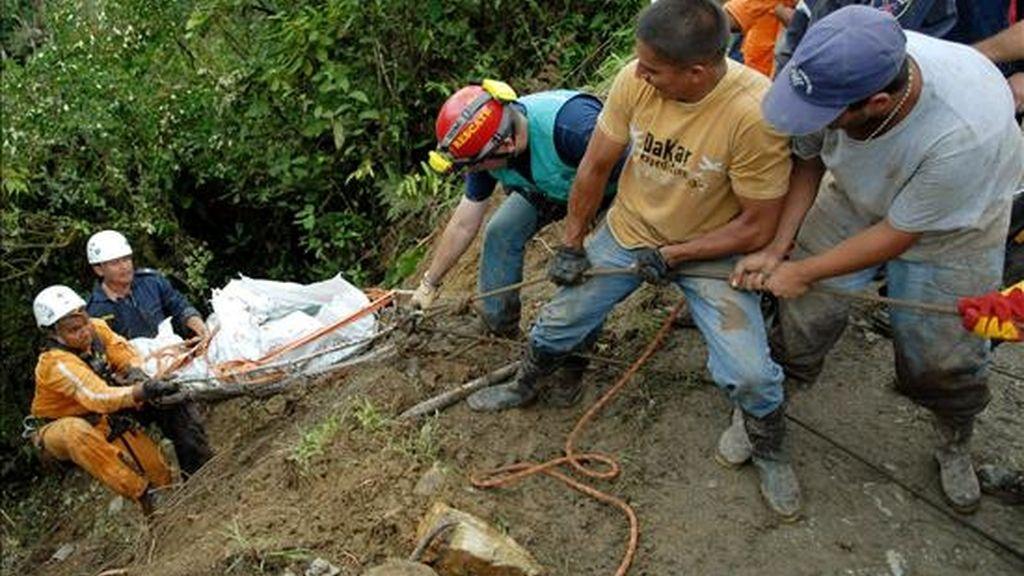Hombres de la Defensa Civil de Colombia realizan labores de rescate de las víctimas de un accidente de un autobús que se precipitó al río Atrato  en Cármen de Atrato (Colombia). EFE