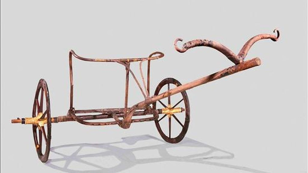 Fotografía cedida en donde se aprecia un carro ligero, construido en madera y utilizado para cazar o ir a la guerra, que perteneció al legendario rey Tutankamón. EFE