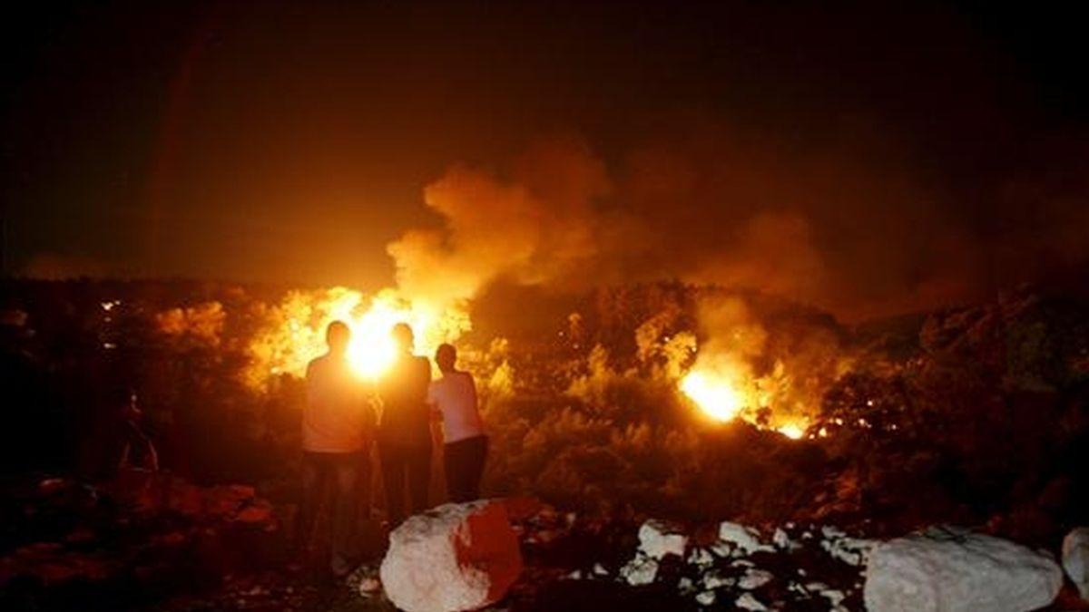 Varias personas observan el avance de un incendio en el bosque Carmel, cercano a Haifa, al norte de Israel. Al menos cuarenta personas han perdido la vida y decenas resultaron heridas en un incendio forestal que se declaró hoy en las inmediaciones de la ciudad de Haifa, en el norte de Israel, revelaron fuentes sanitarias israelíes. EFE