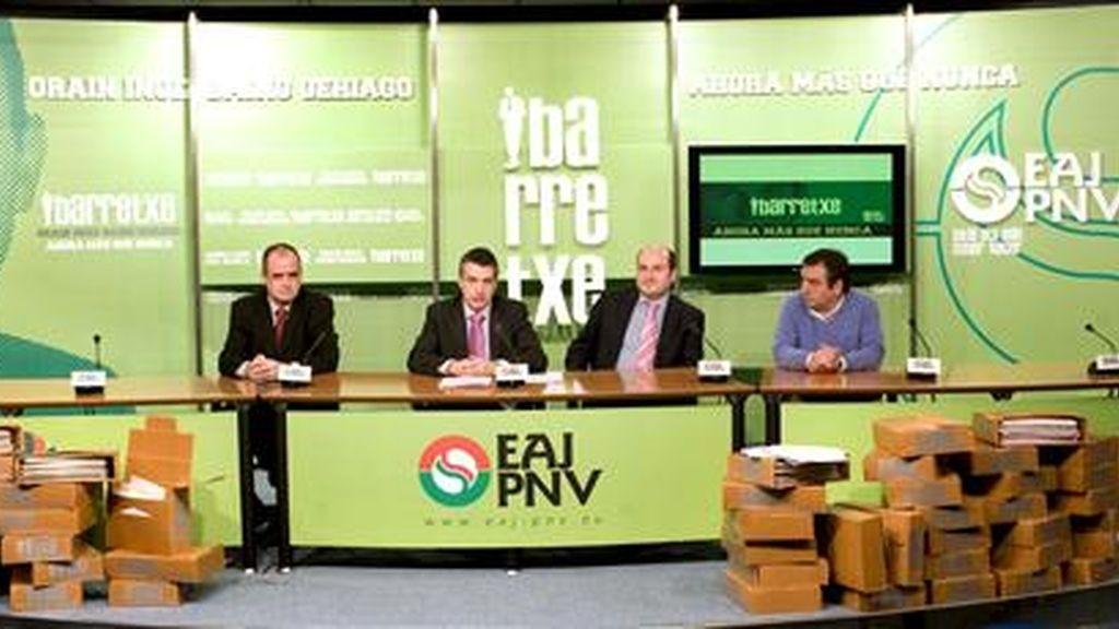 El presidente del PNV, Iñigo Urkullu (2i), con los presidentes territoriales del PNV, de Guipúzcoa, Joseba Egibar(i); de Vizcaya, Andoni Ortuzar (2d), y de Navarra, Iñaki Agirrebengoa, durante la rueda de prensa en la que han presentado el recurso ante el Tribunal Europeo de Derechos Humanos contra la sentencia del Constitucional que prohibió la consulta impulsada por el lehendakari Ibarretxe. EFE