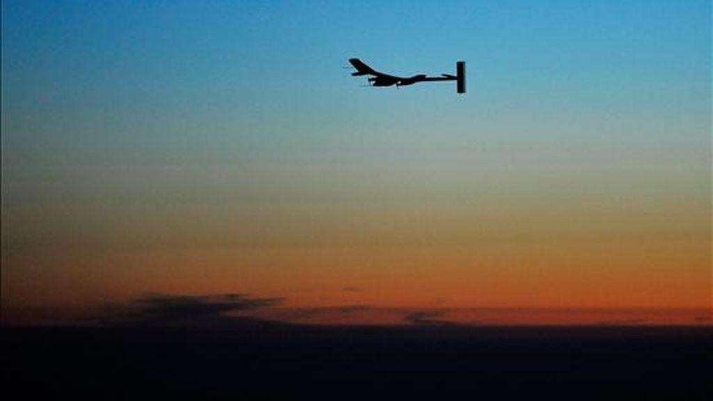 En la imagen de ayer, el director ejecutivo del Solar Impulse y piloto Andre Borschberg vuela el Solar Impulse, prototipo de avión propulsado por energía solar durante la primera noche de vuelo cerca al aeropuerto de Payerne, Suiza. EFE