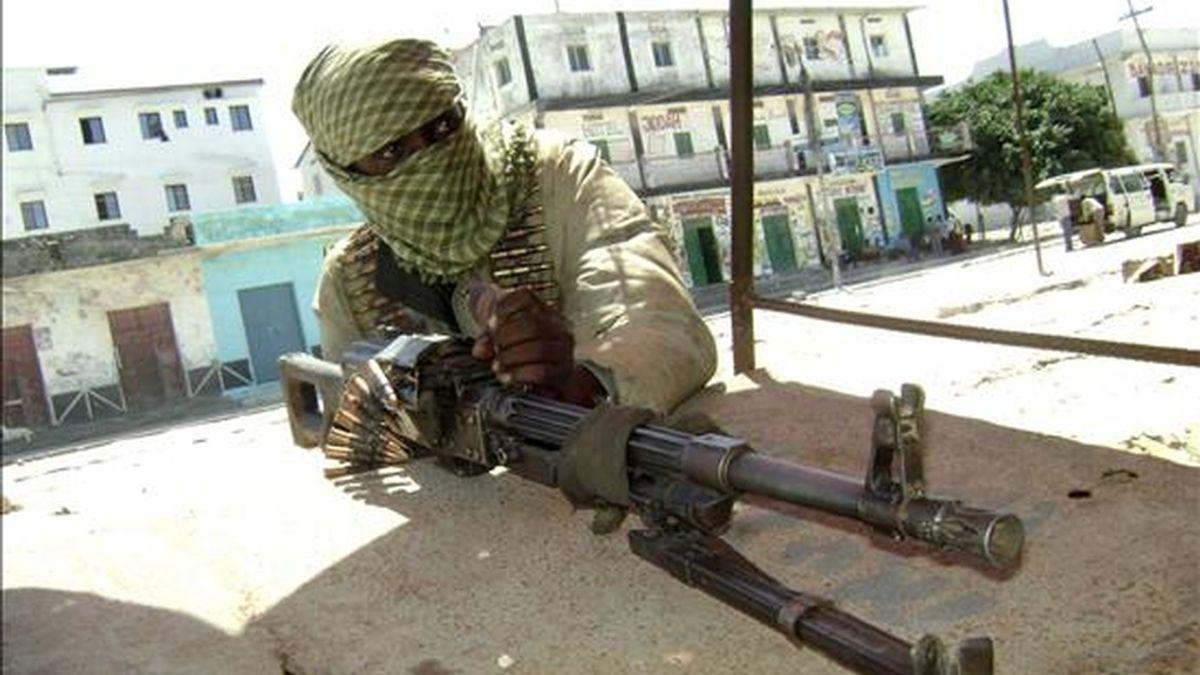 Fotografía facilitada el 3 de junio, que muestra a un miliciano islámico del grupo radical Hezb al-Islam en pleno combate contra las fuerzas gubernamentales, en Mogadiscio (Somalia). EFE