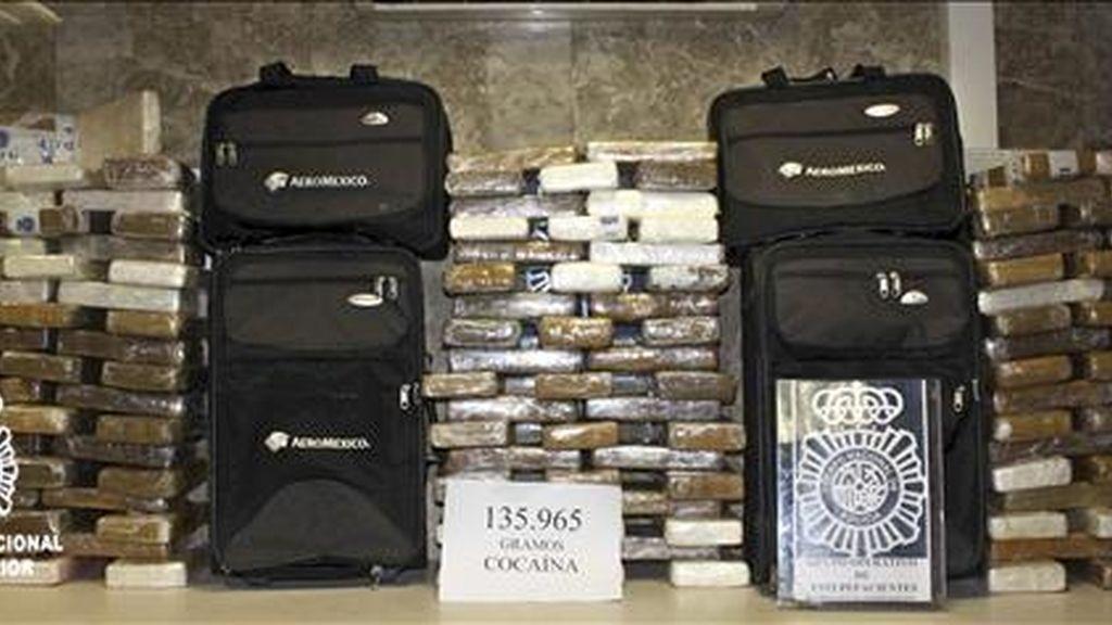 Fotografía facilitada por la Policía Nacional que ha intervenido en el aeropuerto de Barajas un alijo de 140 kilos de cocaína que llevaban en el equipaje tres tripulantes de una compañía aérea mexicana, que aprovechaban su trabajo en la aerolínea para introducir la sustancia en España. EFE