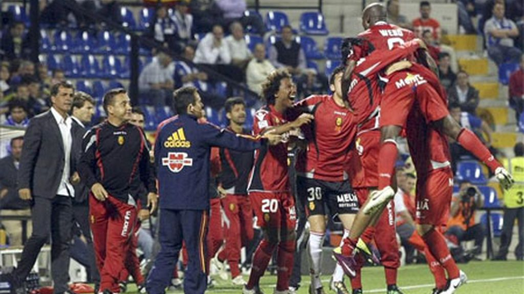 Los jugadores y el banquillo del Real Mallorca celebran el gol del delantero camerunés Pierre Webó, durante el partido, correspondiente a la trigésima sexta jornada de Liga de Primera División, que Hércules y Real Mallorca disputado en el estadio José Rico Pérez de Alicante. EFE