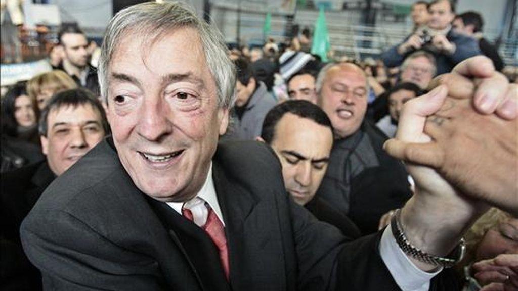 La invitación a Kirchner había generado, según medios locales, un intenso debate en el círculo más cercano al ex-presidente entre los partidarios de su participación y quienes consideraban que podía suponer un riesgo para su imagen. EFE/Archivo