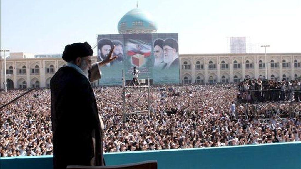 El líder supremo de la Revolución iraní, ayatolá Ali Jameneí, saluda a los cientos de miles de peregrinos que visitaron hoy la tumba del ayatolá Rujolá Jomeini. EFE