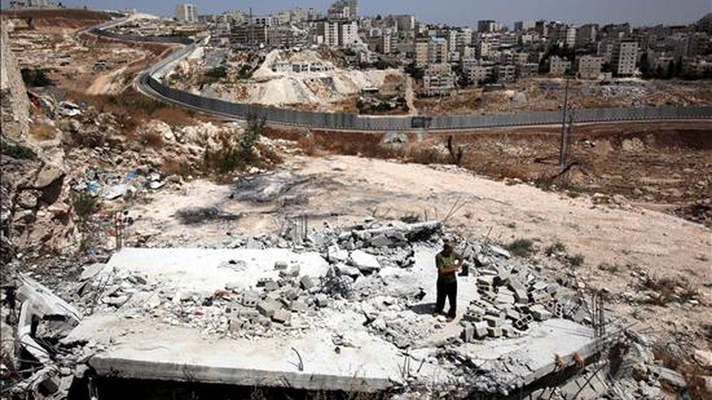 Un homber observa los restos de un edificio de viviendas palestinas demolidas por las autoridades israelíes en Jerusalén Este (Israel), hoy, 13 de julio de 2010. Israel destruyó hoy al menos dos viviendas y otra estructura palestina en Jerusalén Este, ocupada en 1967 por el Estado judío. EFE