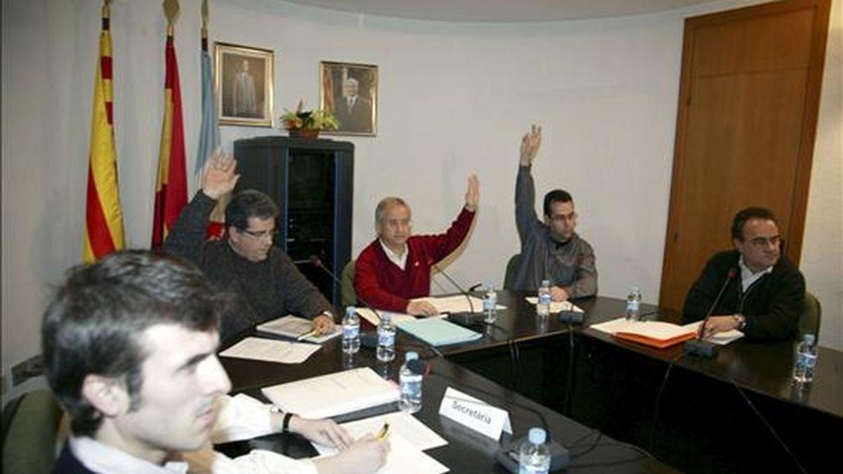 Vista del pleno del Ayuntamiento de Ascó, presidido por su alcalde, Rafael Vidal, durante la votación para presentarse como candidata a acoger el almacén temporal centralizado (ATC), una instalación que albergará los residuos nucleares de toda España. EFE/Archivo