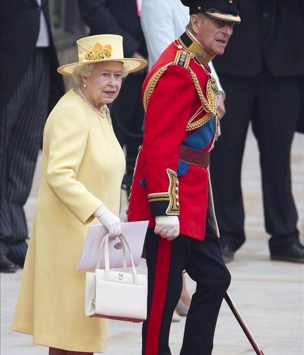 La reina Isabel II (izda) y su marido el príncipe Felipe de Edimburgo (dcha) abandonan la abadía de Westminster al finalizar la ceremonia del enlace de su nieto el príncipe Guillermo y Catalina en Londres (Reino Unido) hoy, viernes, 29 de abril de 2011. EFE