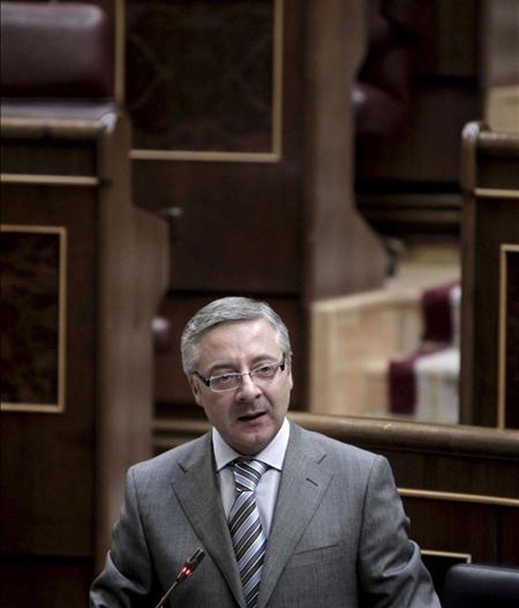 El ministro de Fomento, José Blanco, durante su intervención en la sesión de control al Ejecutivo celebrada hoy en el Congreso de los Diputados. EFE