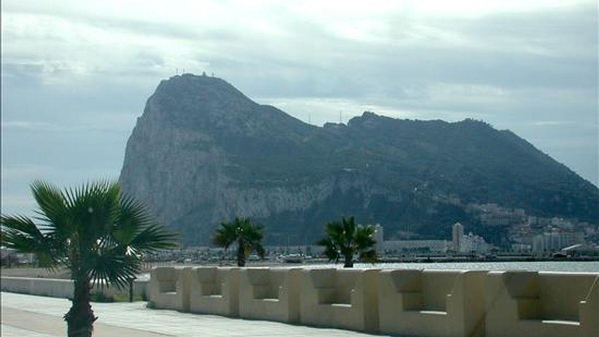 Vista general del Peñón de Gibraltar desde La Línea. EFE/Archivo
