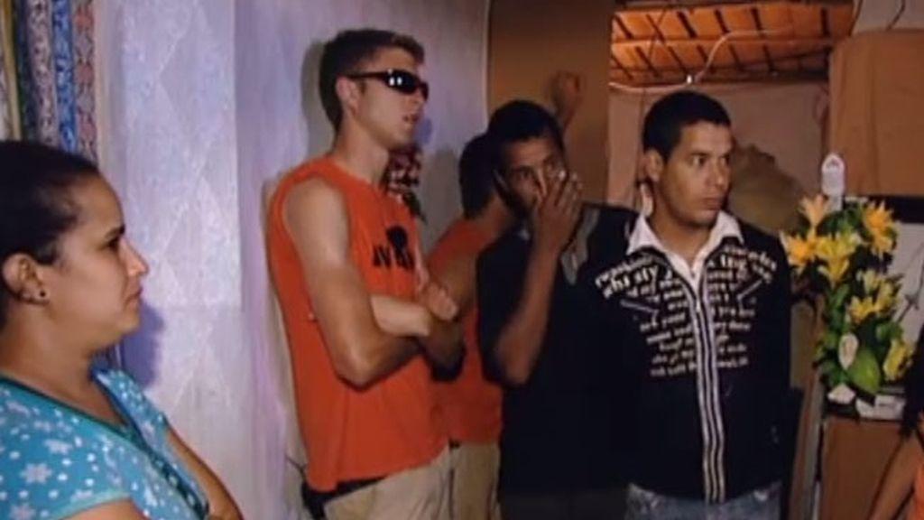 Los chicos visitan un campamento de inmigrantes
