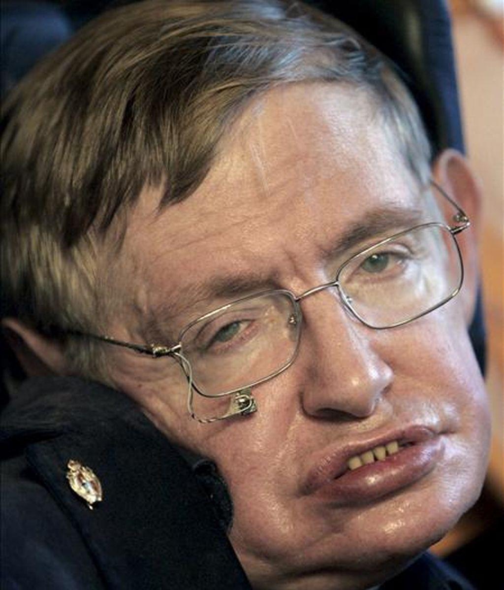 El físico británico Stephen Hawking quien se encuentra ingresado en un hospital de Cambridge aquejado de problemas de salud. En la imagen, Hawking tras recibir en septiembre del año pasado, la insignia de oro de la Universidad de Santiago de Compostela, en España. EFE/Archivo