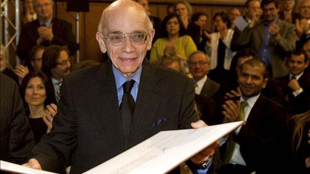 El compositor y economista venezolano José Antonio Abreu, durante la ceremonia en la que recibió el Frankfurt Music Prize 2009 en el ayuntamiento de Fráncfort, Alemania. Abreu ha sido galardonado por su compromiso a lo largo de toda su vida con la educación musical y social de niños y jóvenes en su país. EFE