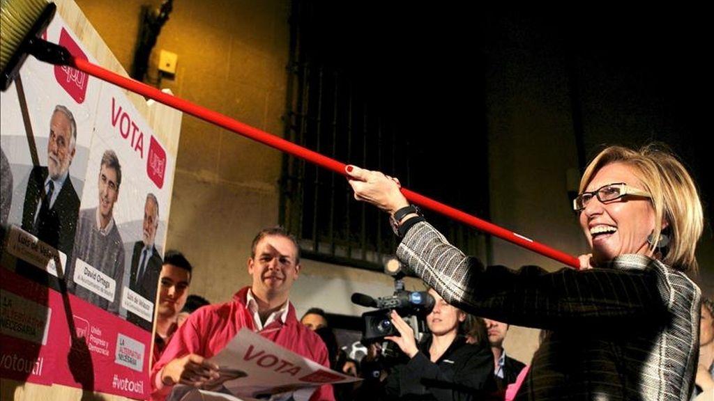 La líder de Unión Progreso y Democracia, Rosa Díez (c), durante el inicio de campaña electoral que la formación celebra esta noche en Madrid. EFE