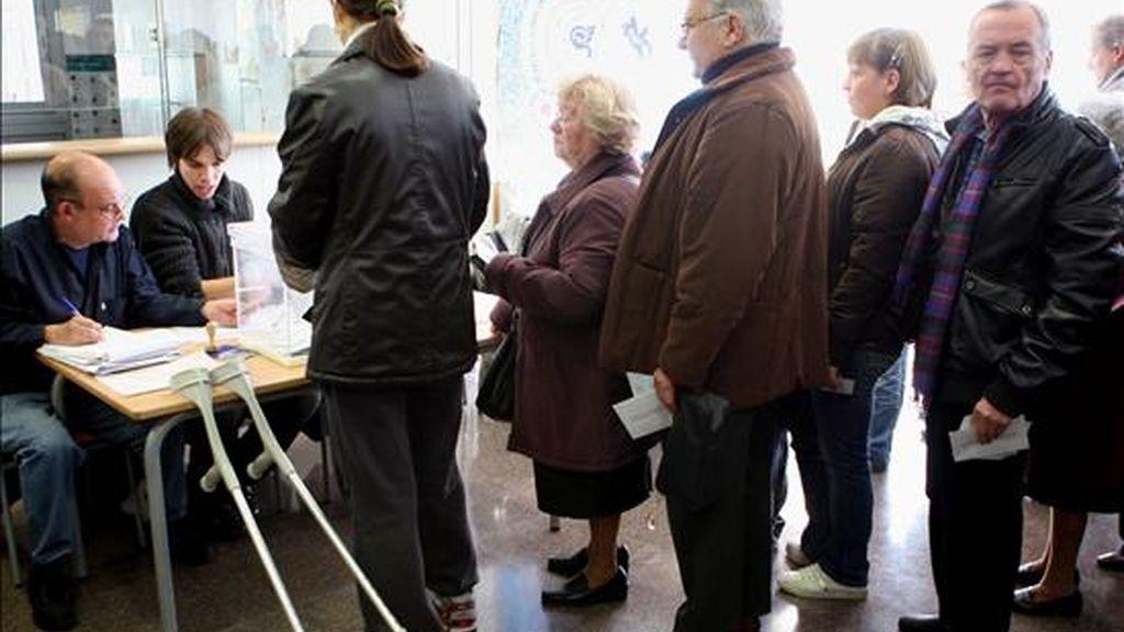 Un grupo de personas hacen cola para emitir su voto en un colegio electoral del barrio bercelones del Poble Nou. EFE