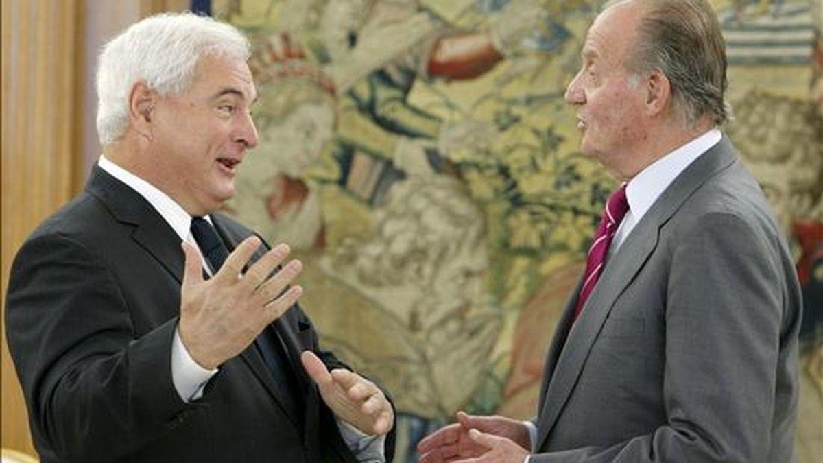 El rey Juan Carlos conversa con el presidente electo de Panamá, Ricardo Martinelli (i), a quien recibió en audiencia hoy en el palacio de La Zarzuela, en Madrid. EFE