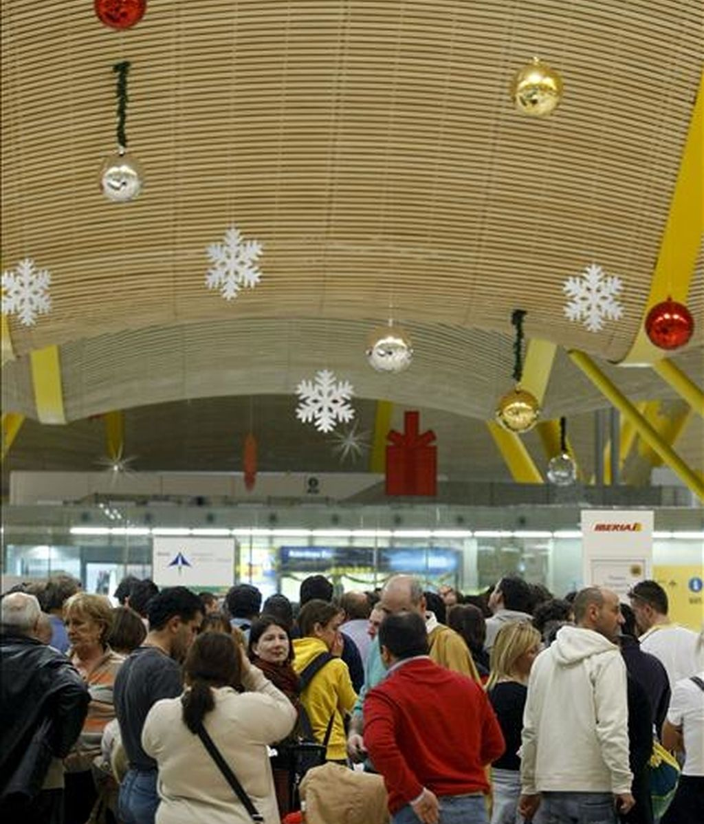 Pasajeros realizan colas para facturar el equipaje en el aeropuerto de Barajas. EFE/Archivo