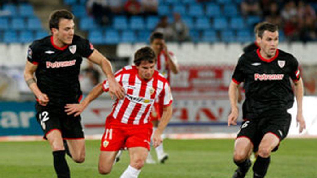 El centrocampista del Athletic de Bilbao Pablo Orbaiz controla el balón ante el delantero argentino del Almería Pablo Piatti  y su compañero, Xavi Castillo. Foto: EFE.