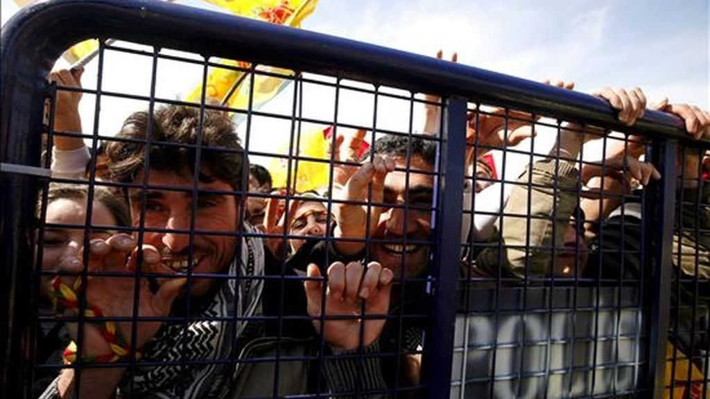 Varios kurdos permanecen detrás de una barrera de seguridad durante las celebraciones del Newroz, en Estambul, Turquía, el pasado 21 de marzo. La celebración del Newroz o Año Nuevo es una fecha que desde hace casi tres décadas simboliza la lucha del pueblo kurdo contra el Estado turco. EFE/Archivo