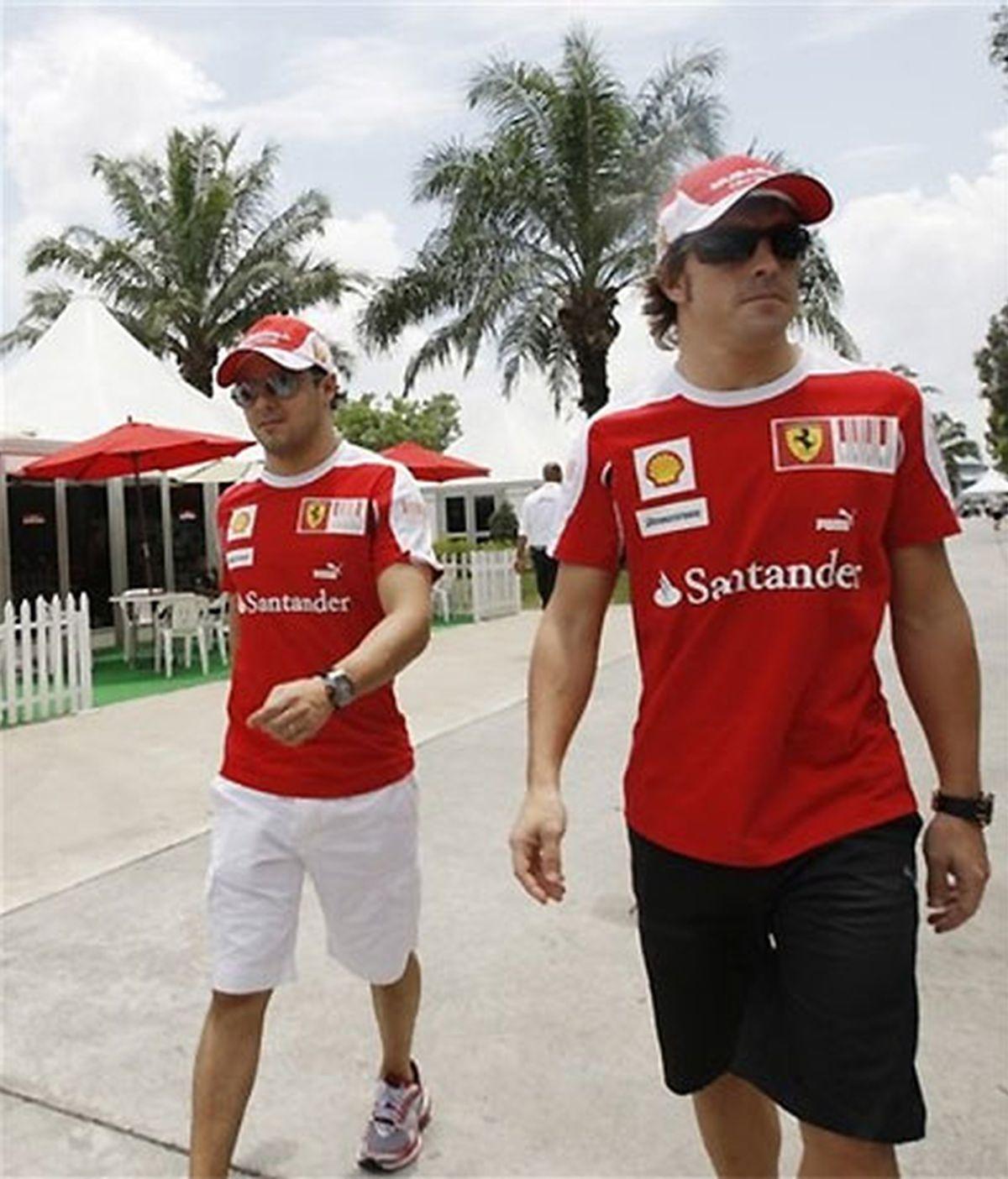 Massa y Alonso, en el paddock del circuito de Shangai. FOTO: AP.