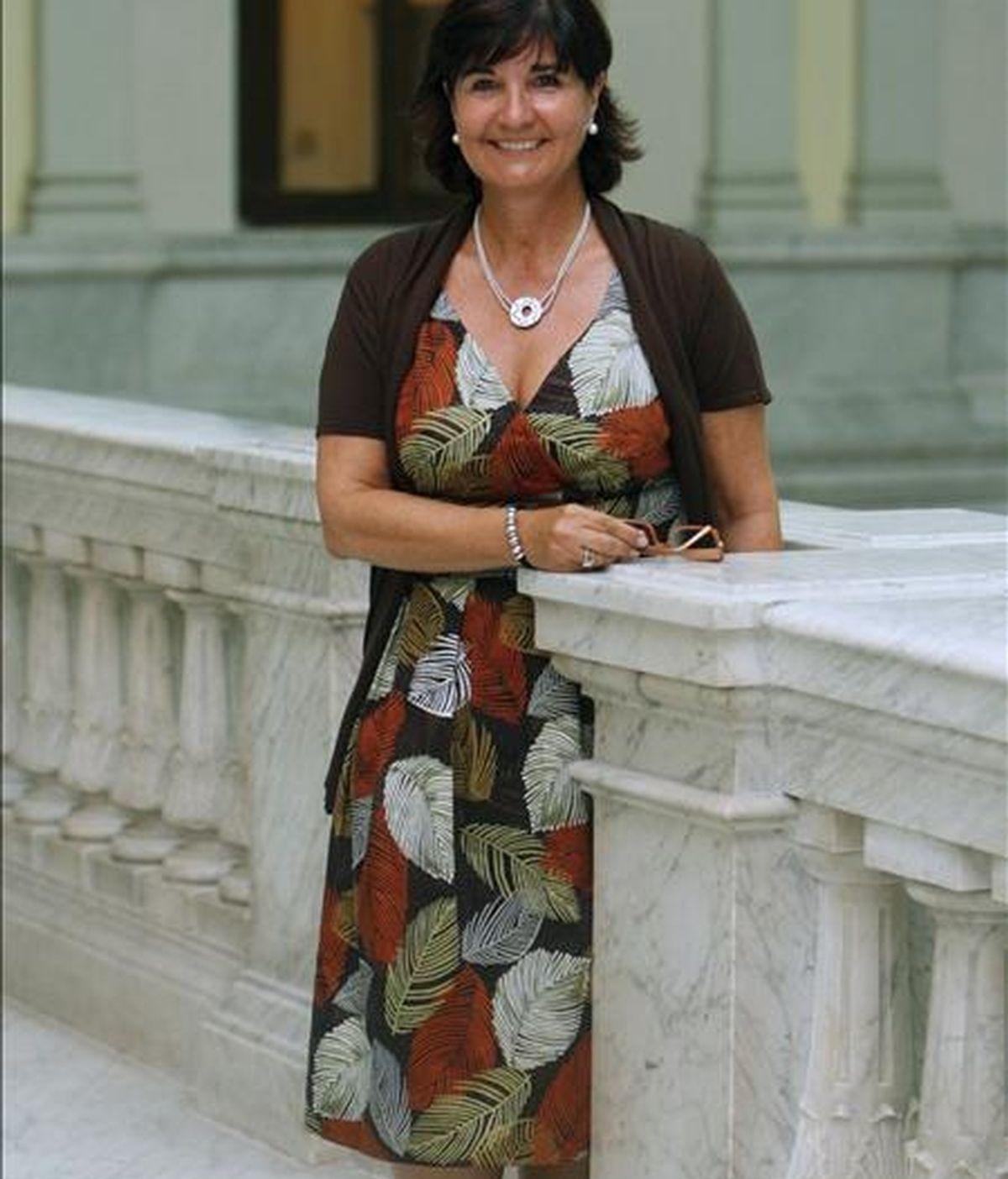 La nueva directora de la Biblioteca Nacional, Glória Pérez-Salmerón posa para los medios. EFE