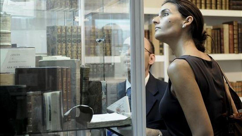 Dos visitantes observan algunos ejemplares expuestos en la edición del pasado año de la Feria Internacional del Libro Antiguo de Madrid. EFE/Archivo